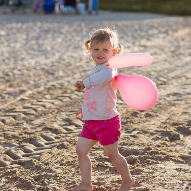 https://silverbay.co.uk/wp-content/uploads/2015/09/silver-bay-holiday-village-anglesey-cute-girl-on-beach-with-balloons-e1616086026131-640x640.jpg