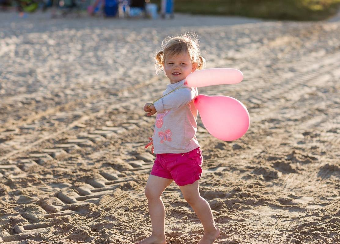 https://silverbay.co.uk/wp-content/uploads/2015/09/silver-bay-holiday-village-anglesey-cute-girl-on-beach-with-balloons-e1616086026131.jpg
