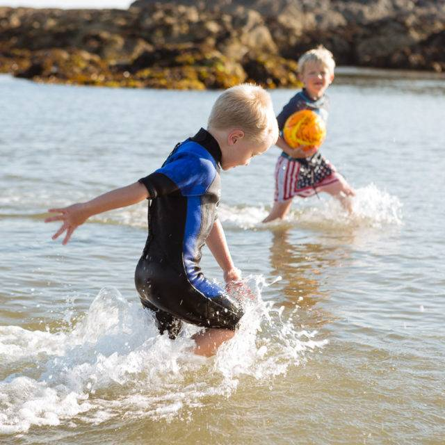 http://silverbay.co.uk/wp-content/uploads/2015/10/silver-bay-holiday-village-anglesey-playing-in-the-sea-640x640.jpg