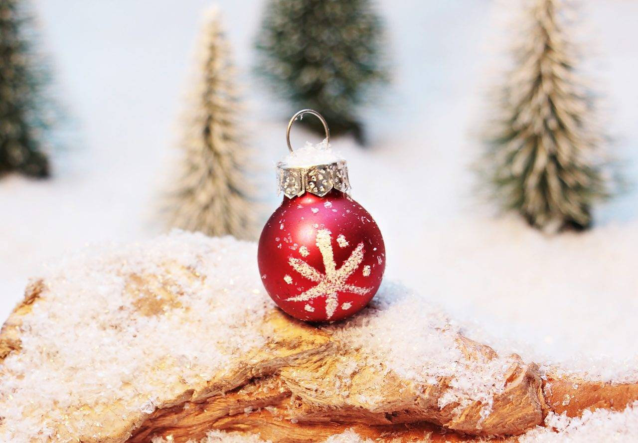 christmas-baubles-silver-bay-holiday-village-anglesey-1280x889.jpg