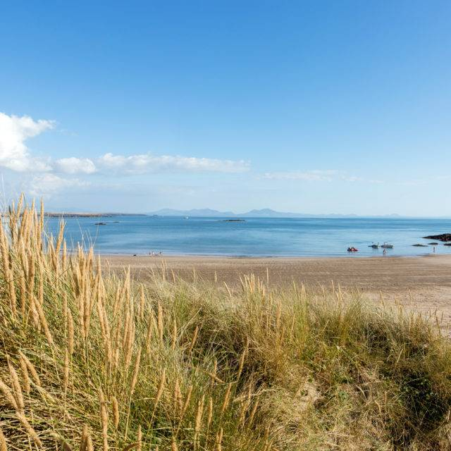 http://silverbay.co.uk/wp-content/uploads/2016/05/silver-bay-holiday-village-anglesey-view-from-the-dunes-at-silver-bay-beach-640x640.jpg