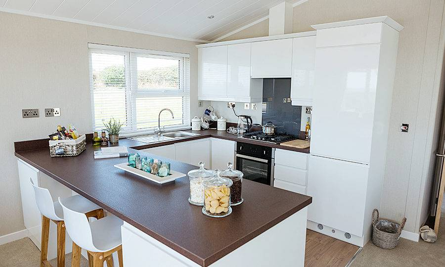 http://silverbay.co.uk/wp-content/uploads/2016/07/silver-bay-holiday-village-anglesey-luxury-lodges-the-wessex-kitchen-space-900x540.jpg