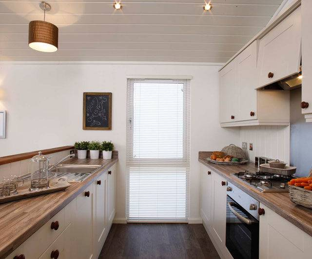 http://silverbay.co.uk/wp-content/uploads/2016/12/The-Plantation-Luxury-Holiday-Lodge-at-Silver-Bay-Open-plan-kitchen-640x533.jpg