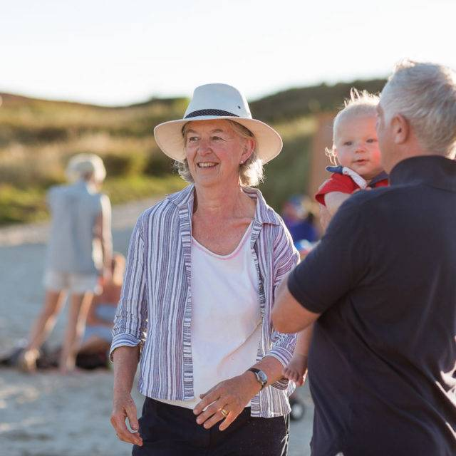 https://silverbay.co.uk/wp-content/uploads/2016/12/silver-bay-holiday-village-anglesey-family-on-beach-640x640.jpg
