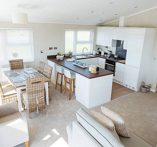 http://silverbay.co.uk/wp-content/uploads/2016/12/silver-bay-holiday-village-anglesey-luxury-lodges-the-wessex-dining-lounge-kitchen-space-640x600.jpg
