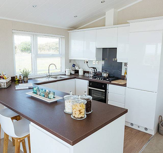 http://silverbay.co.uk/wp-content/uploads/2016/12/silver-bay-holiday-village-anglesey-luxury-lodges-the-wessex-kitchen-space-640x600.jpg