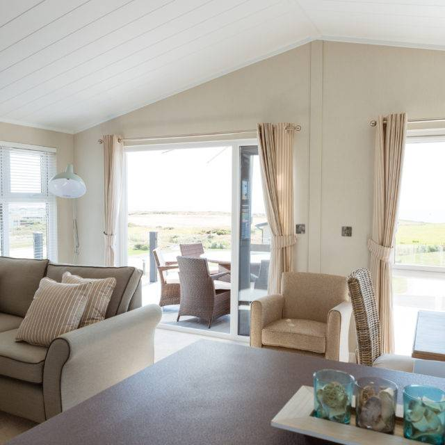 http://silverbay.co.uk/wp-content/uploads/2016/12/silver-bay-holiday-village-anglesey-luxury-lodges-the-wessex-living-space-640x640.jpg