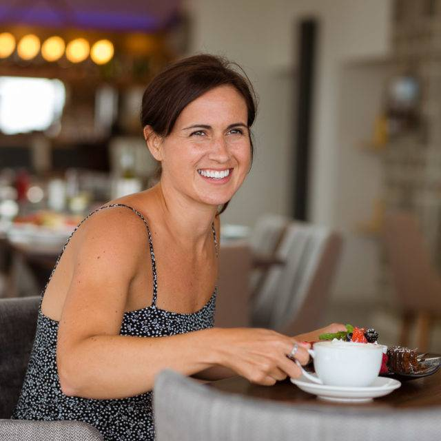 http://silverbay.co.uk/wp-content/uploads/2016/12/silver-bay-holiday-village-anglesey-the-deck-house-woman-smiling-coffee-640x640.jpg