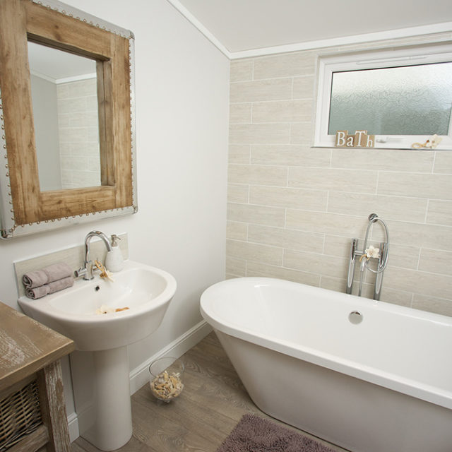 http://silverbay.co.uk/wp-content/uploads/2016/12/silver-bay-holiday-village-luxury-lodges-anglesey-beach-comber-bathroom-rolltop-bath-640x640.jpg
