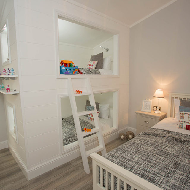 http://silverbay.co.uk/wp-content/uploads/2016/12/silver-bay-holiday-village-luxury-lodges-anglesey-beach-comber-bunkbeds-640x640.jpg