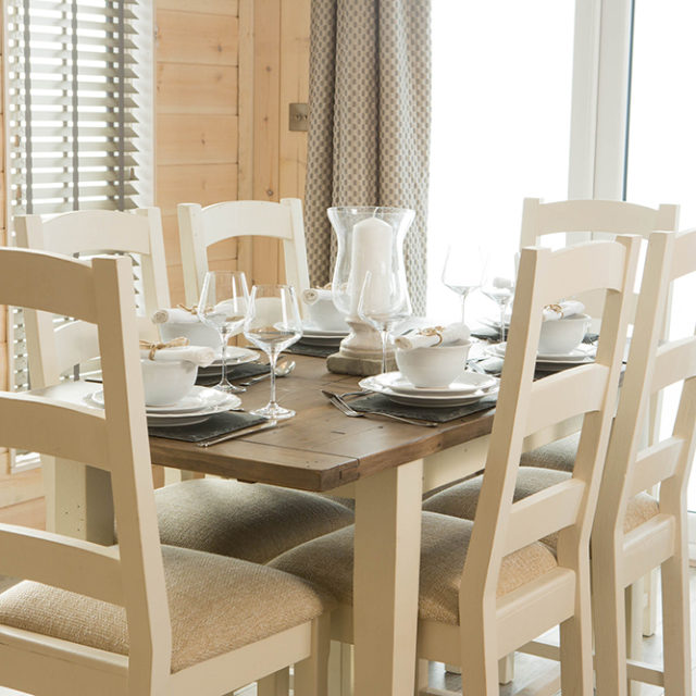 http://silverbay.co.uk/wp-content/uploads/2016/12/silver-bay-holiday-village-luxury-lodges-anglesey-beach-comber-dining-area-640x640.jpg
