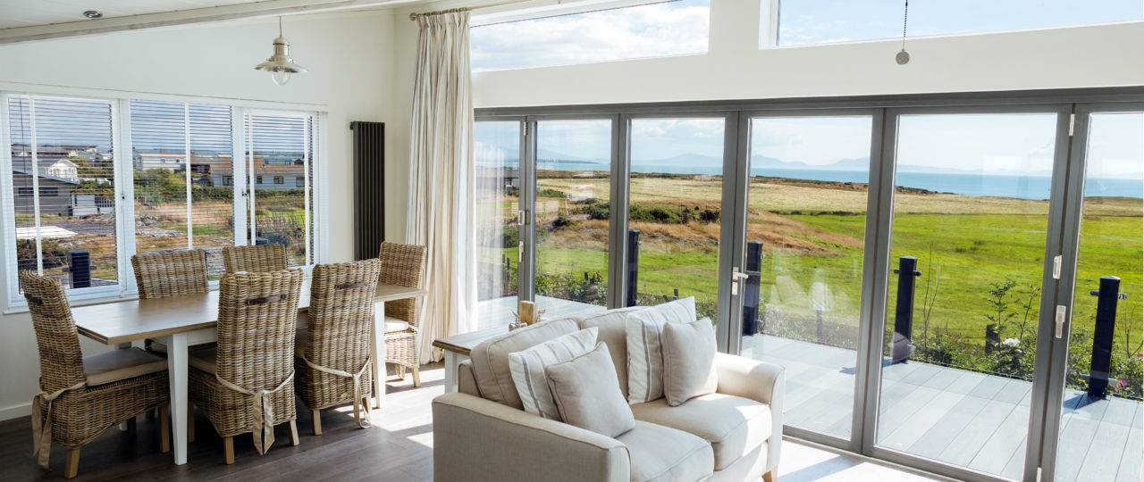 http://silverbay.co.uk/wp-content/uploads/2016/12/silver-bay-holiday-village-luxury-lodges-anglesey-bifold-doors-1280x540.jpg