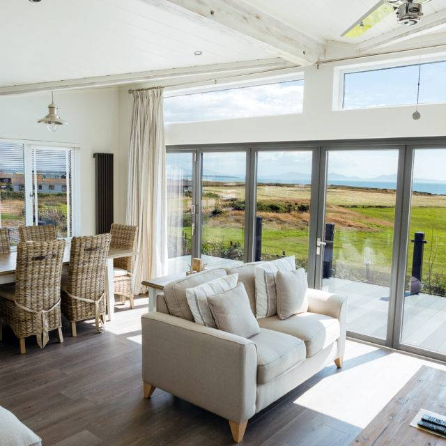 http://silverbay.co.uk/wp-content/uploads/2016/12/silver-bay-holiday-village-luxury-lodges-anglesey-bifold-doors-640x640.jpg