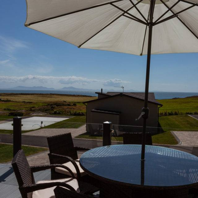 http://silverbay.co.uk/wp-content/uploads/2016/12/silver-bay-holiday-village-luxury-lodges-anglesey-headland-rise-exterior-640x640.jpg