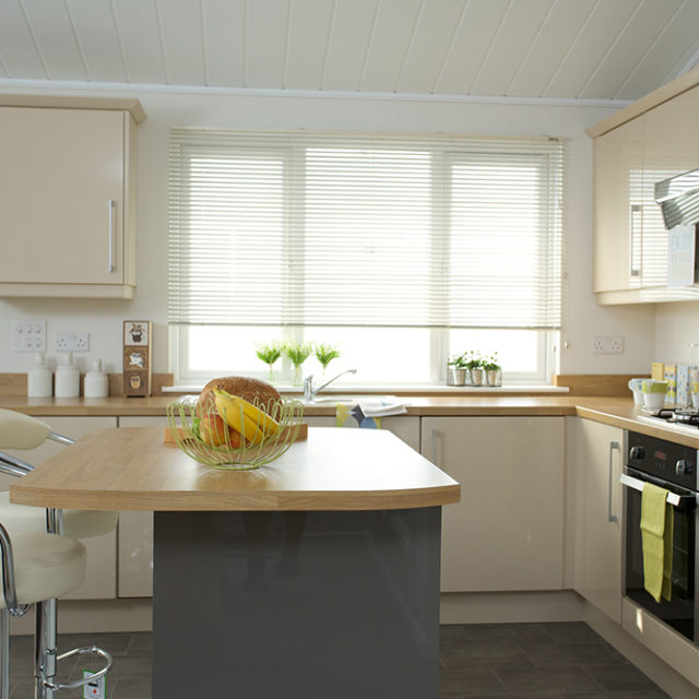 http://silverbay.co.uk/wp-content/uploads/2016/12/silver-bay-holiday-village-luxury-lodges-anglesey-marram-grass-kitchen-breakfast-bar-640x640.jpg