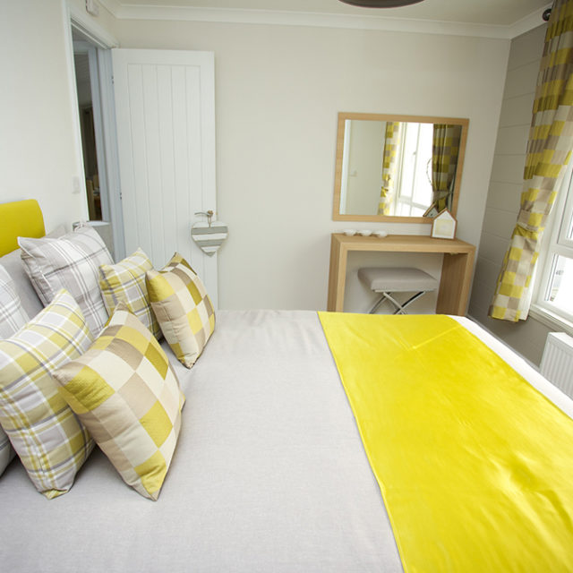 http://silverbay.co.uk/wp-content/uploads/2016/12/silver-bay-holiday-village-luxury-lodges-anglesey-marram-grass-master-bedroom-640x640.jpg