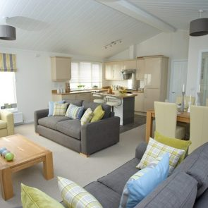 http://silverbay.co.uk/wp-content/uploads/2016/12/silver-bay-holiday-village-luxury-lodges-anglesey-marram-grass-openplan-living-640x640.jpg