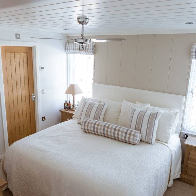 http://silverbay.co.uk/wp-content/uploads/2016/12/silver-bay-holiday-village-luxury-lodges-anglesey-master-bedroom-2-640x640.jpg