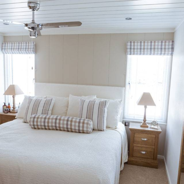 https://silverbay.co.uk/wp-content/uploads/2016/12/silver-bay-holiday-village-luxury-lodges-anglesey-master-bedroom-3-640x640.jpg