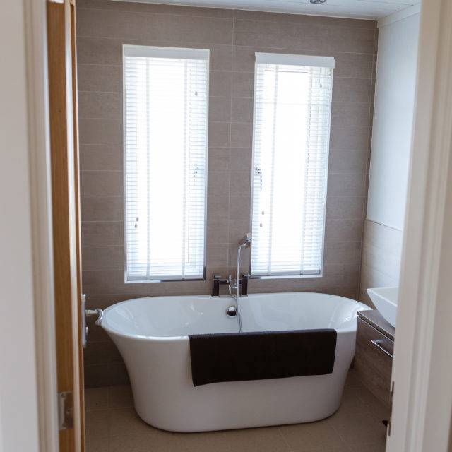 http://silverbay.co.uk/wp-content/uploads/2016/12/silver-bay-holiday-village-luxury-lodges-anglesey-rolltop-bath-640x640.jpg