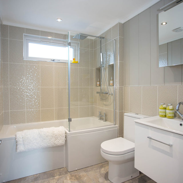 http://silverbay.co.uk/wp-content/uploads/2016/12/silver-bay-holiday-village-luxury-lodges-anglesey-vista-bathroom-640x640.jpg