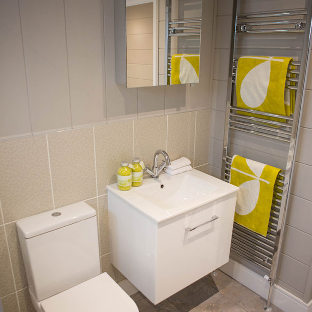 http://silverbay.co.uk/wp-content/uploads/2016/12/silver-bay-holiday-village-luxury-lodges-anglesey-vista-bathroom-wc-640x640.jpg