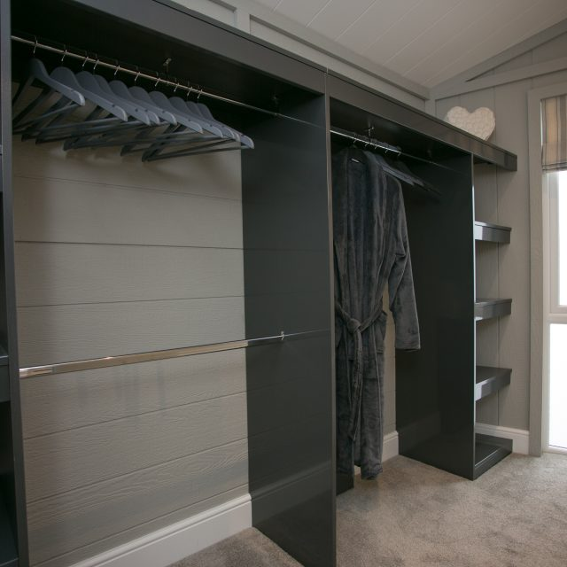 https://silverbay.co.uk/wp-content/uploads/2017/01/07-Glass-House-Walk-In-Wardrobe-640x640.jpg