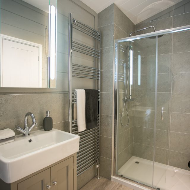 https://silverbay.co.uk/wp-content/uploads/2017/01/08-Glass-House-En-Suite-640x640.jpg