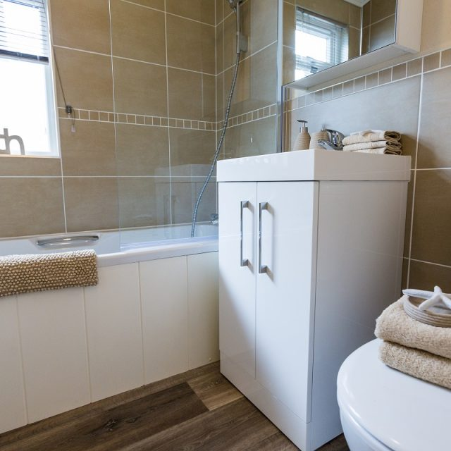 https://silverbay.co.uk/wp-content/uploads/2018/02/Navigator-Bathroom-2-640x640.jpg