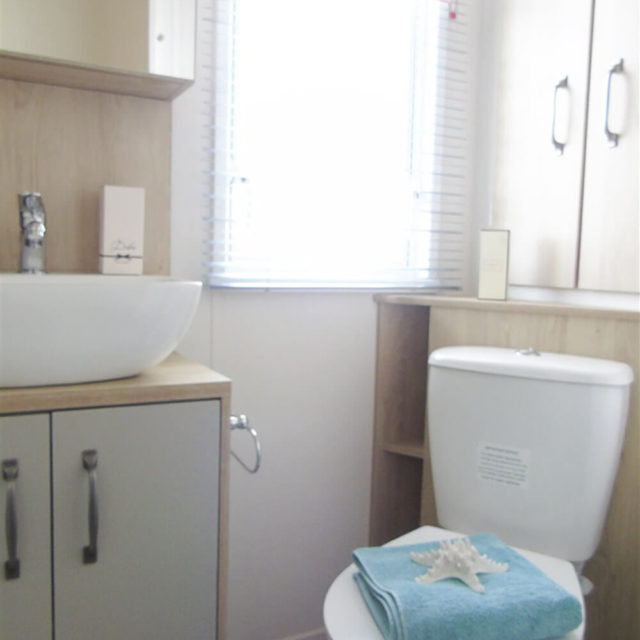 https://silverbay.co.uk/wp-content/uploads/2020/05/1-402-1-18936-1-2020-ABI-Saffron-Static-Caravan-Holiday-Home-shower-room-640x640.jpg