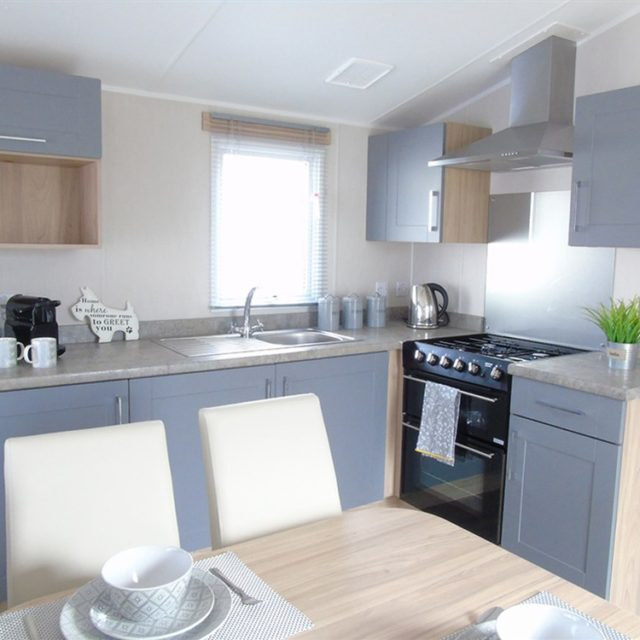 https://silverbay.co.uk/wp-content/uploads/2021/06/1-480-1-20233-1-2021-Willerby-Brenig-Outlook-static-caravan-holiday-home-kitchen-640x640.jpg
