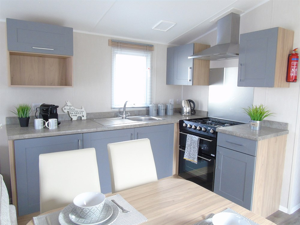 https://silverbay.co.uk/wp-content/uploads/2021/06/1-480-1-20233-1-2021-Willerby-Brenig-Outlook-static-caravan-holiday-home-kitchen.jpg