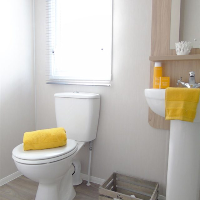 https://silverbay.co.uk/wp-content/uploads/2021/06/1-480-1-20235-1-2021-Willerby-Brenig-Outlook-static-caravan-holiday-home-shower-room-640x640.jpg